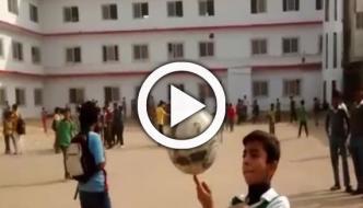 طالب علم کا فٹ بال سے شاندار اسٹنٹ کا مظاہرہ