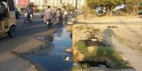 کراچی:  ناقص منصوبہ بندی، نو تعمیر سڑک پر سیوریج کا پانی جمع ہوگیا