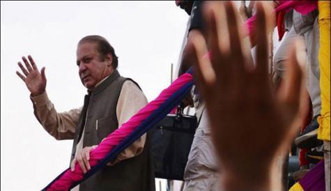 اسلام آباد سے لاہور پہنچنے پرسابق وزیر اعظم محمد نواز شریف کا ہزاروں افراد نے پرتپاک استقبال کیا