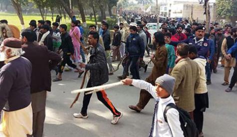 سانحہ قصور،دوسرے دن بھی مظاہرے، عوام میں غم و غصہ، ایک اور بچے کی لاش برآمد، شہبازشریف زینب کے گھر پہنچ گئے