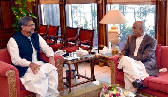 نگراں وزیراعظم پر ڈیڈ لاک برقرار، شاہدخاقان عباسی اورخورشیدشاہ کی پانچویں ملاقات بھی بے نتیجہ ختم، وزیراعظم نے نوا زشریف کو منانے کیلئے وقت مانگ لیا