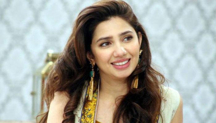 ماہرہ خان نے اپنا سیاح لباس مداح کو تحفے میں دے دیا