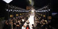 معروف فرنچ ڈیزائنر کی جانب سے دیوار چین پر منفرد فیشن شو کا انعقاد