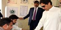 عمران خان نے ووٹ ڈالا نواز شریف شناختی کارڈ لانا بھول گئے