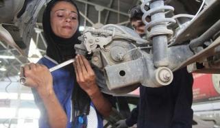 پاکستان کی پہلی خاتون مکینک ، ملتان کی عظمیٰ نواز