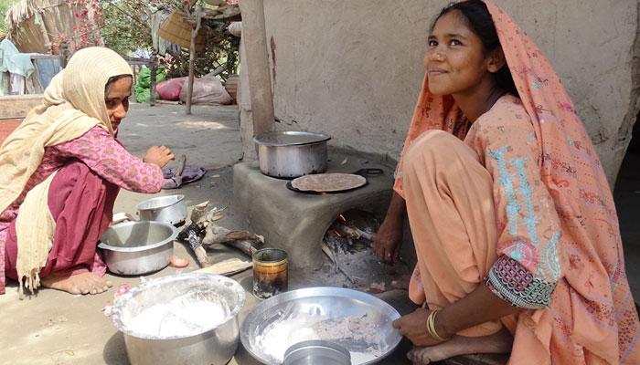 کراچی میں گیس بحران سنگین، خواتین لکڑیوں پر کھانا پکانے پر مجبور