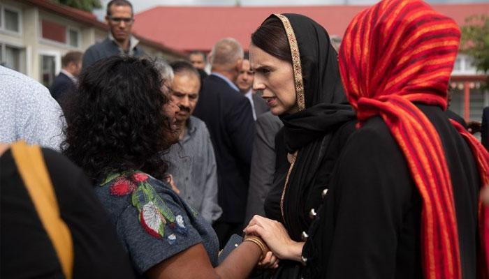 مسجد حملہ، وزیراعظم نیوزی لینڈ کا اسلامی لباس،مسلمانوں کو گلے لگایا، جواب سے ٹرمپ کو شرمند کردیا