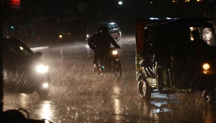 ملک بھر میں گرد آلود ہوائیں، شدید بارشوں نے تباہی مچادی، 21 جاں بحق