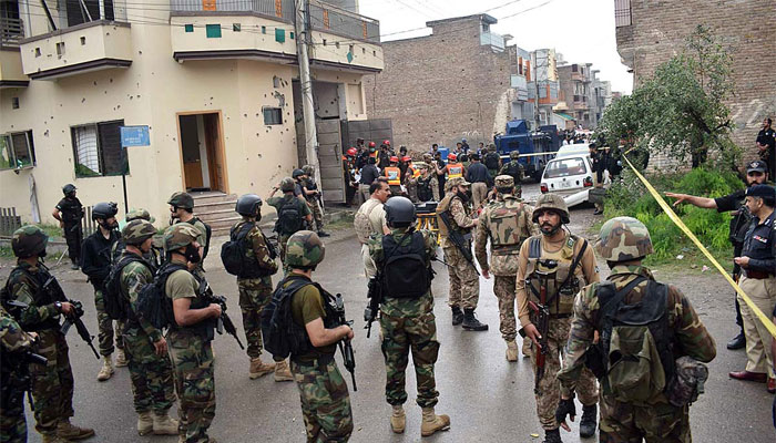 پشاور، 17 گھنٹے آپریشن، 5 دہشت گرد ہلاک، تین منزلہ عمارت بارود سے تباہ