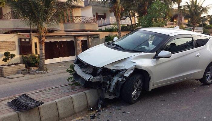 ڈیفنس میں بگڑے رئیس زادے کا ایک اور کارنامہ، سگنل توڑ کر خاتون کی گاڑی اڑا دی