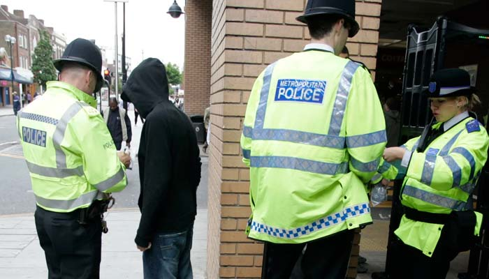 انگلینڈا ور ویلز میں چاقو اور دیگر اسلحہ کے زور پر دھمکیاں دینے کے 22 ہزا ر ملزمان کو سزائیں یا انتباہ