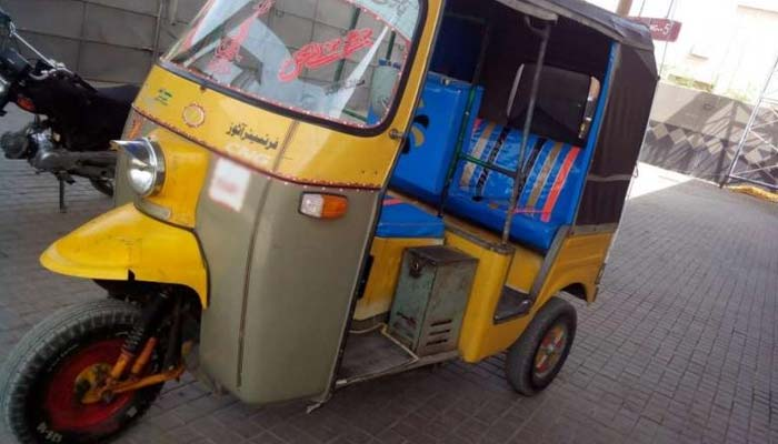کراچی کا رکشا ڈرائیور، بیٹیوں کو پڑھا کرمثال قائم کردی