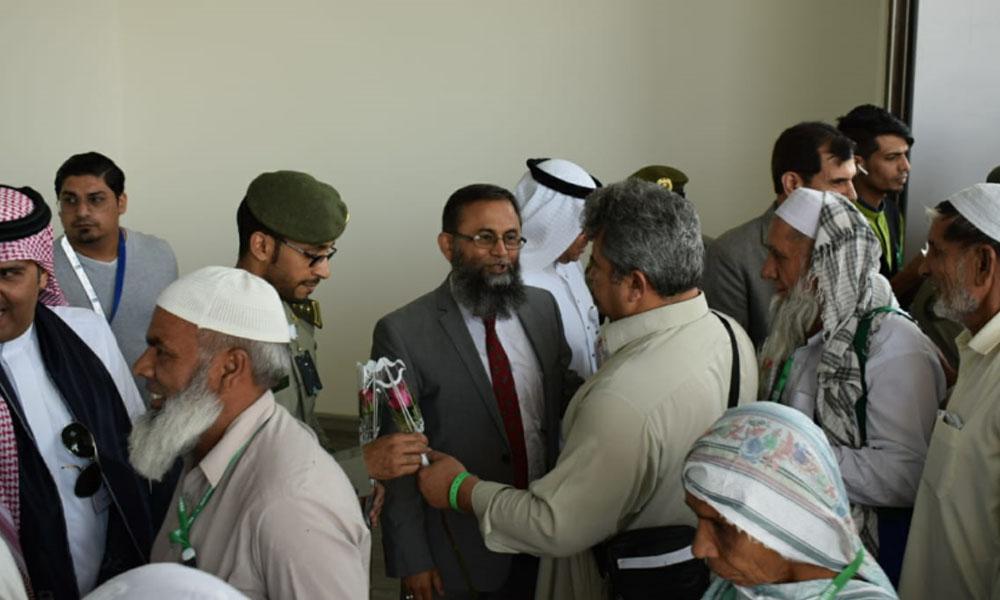 پاکستان سے پہلی حج پرواز مدینہ منورہ پہنچ گئی،پاکستانی سفیر و دیگر نے استقبال کیا