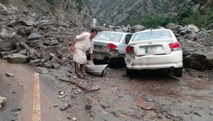 ناران اور سوات میںسیاحوں کی 2 گاڑیاں گہری کھائی میں جاگریں، 6 جاں بحق، 8 زخمی