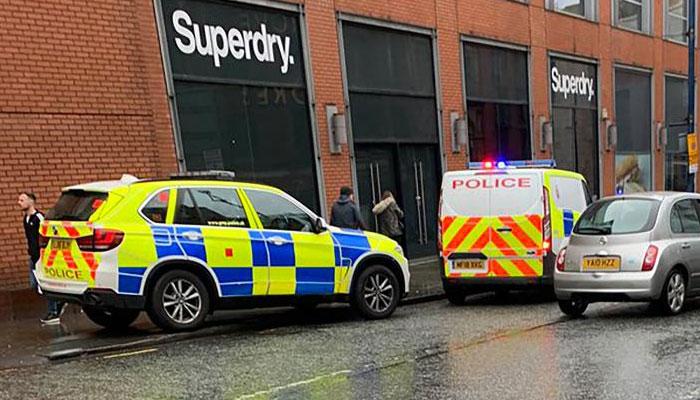 برطانیہ،مسلح شخص نے چاقو کے وار کر کے 3خواتین سمیت 5 افراد کو زخمی کردیا