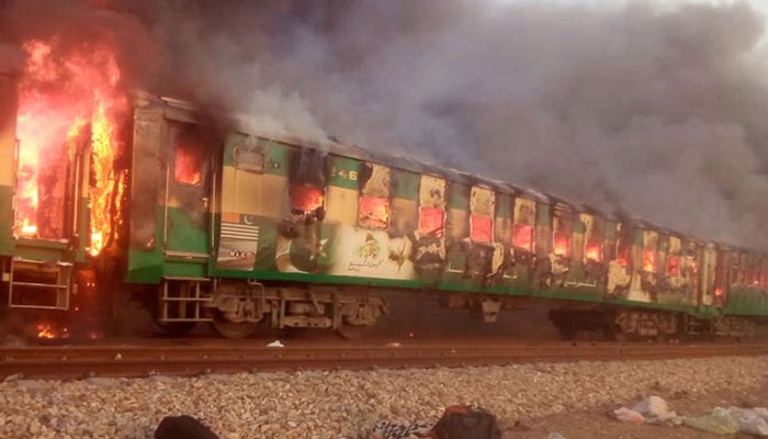 چلتی ٹرین میں آگ بھڑک اٹھی، 74 مسافر زندہ جل گئے