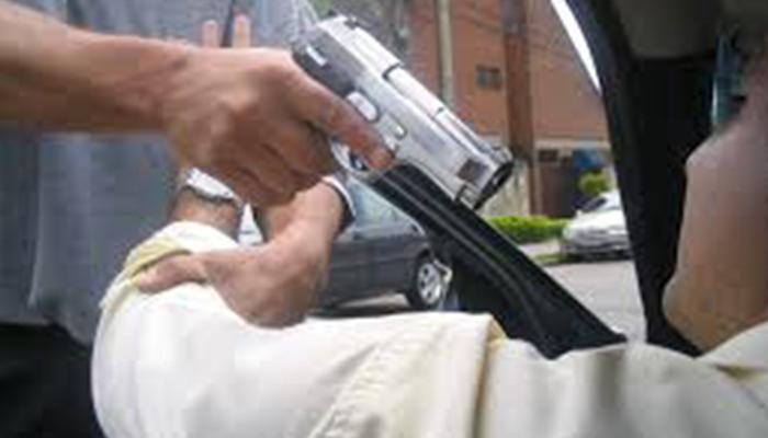 اسلام آباد میں خیبر پختونخوا پولیس کے اعلیٰ افسر کوفیملی سمیت لوٹ لیاگیا