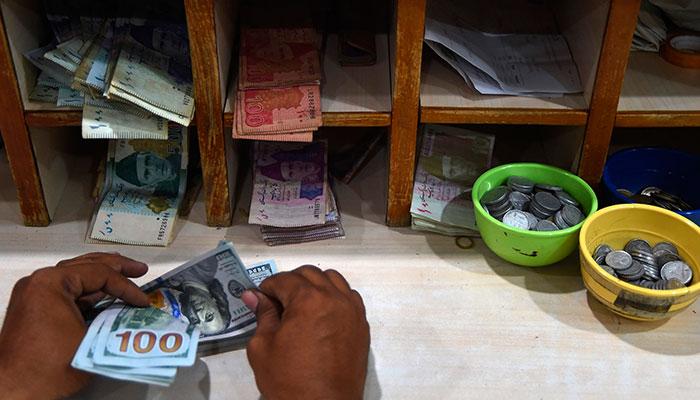 انٹر بینک ڈالر کی قدر 6 پیسے کم ہوگئی، اوپن مارکیٹ میں استحکام