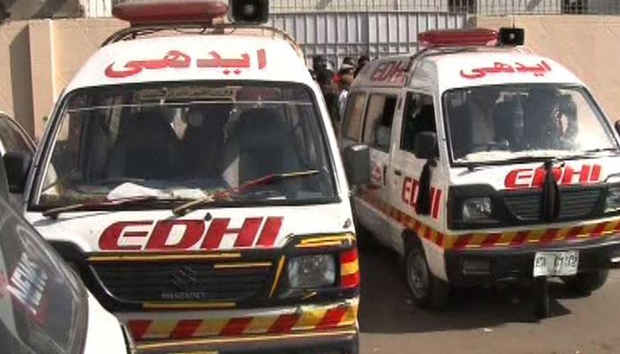 سول اسپتال کے قریب قدیم درخت گرنے سے دو افراد زخمی