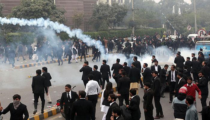 قانون دانوں کے ہاتھوں انسانیت قتل، لاہور کے سیکڑوں وکلاء دل کے اسپتال پر چڑھ دوڑے، ایمرجنسی، ICU اور وارڈ میں توڑ پھوڑ، 3 مریض جاں بحق