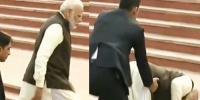 بھارتی وزیراعظم سیڑھیاں چڑھتے منہ کے بل گر گئے
