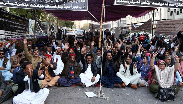 سرکاری اسپتالوں کے طبی عملے کا کراچی پریس کلب پر دھرنا جاری