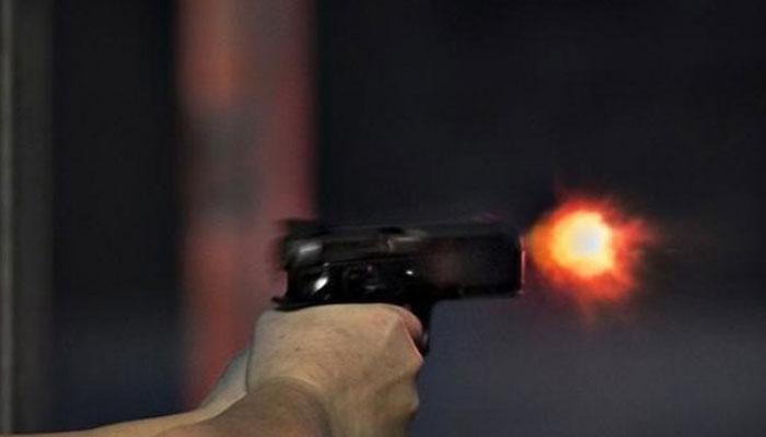 شوہر کی فائرنگ سے بیوی،ڈکیتی مزاحمت پر نوجوان زخمی