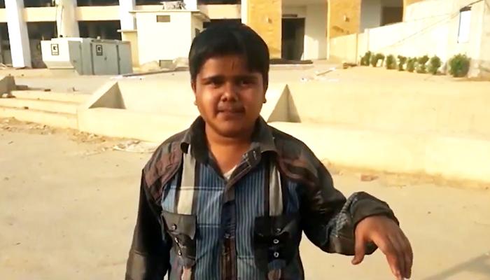موٹر سائیکل پر بچہ نیشنل اسٹیڈیم میں کرکٹرز تک پہنچ گیا
