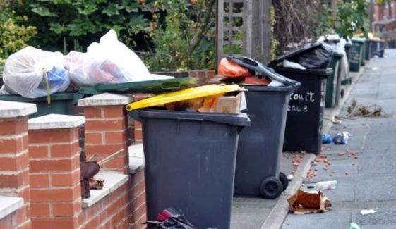 کورونا کا خوف، برطانیہ میں عوام استعمال شدہ قیمتی سامان سڑکوں پر پھینکنے لگے