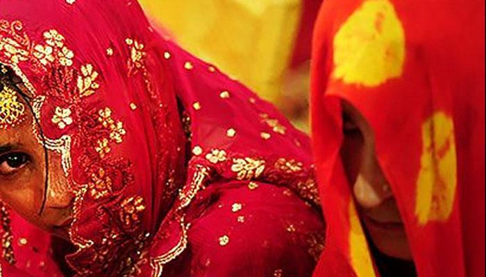 بوڑھے شخص سے شادی کیلئے دباؤ ڈالا جارہا ہے، دو بہنوں کا احتجاج