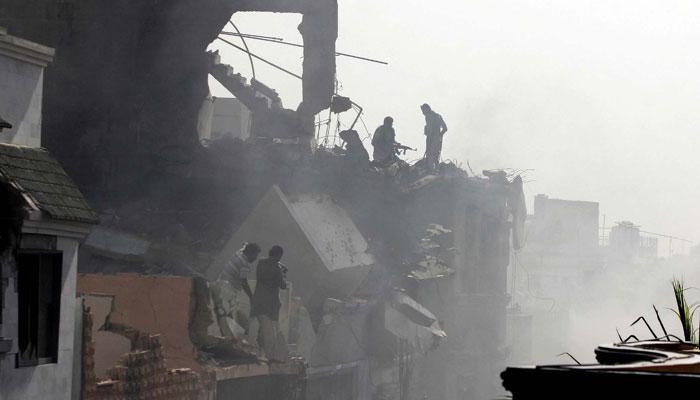 طیارہ موبائل ٹاور سے ٹکرانے کے بعد گھروں پر گر کر تباہ ہوا ، عینی شاہد