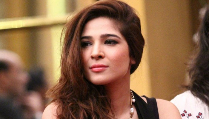 وزن نہیں تو مسئلہ نہیں، عائشہ عمر کی فالوورز کو ورزش کی ہدایت