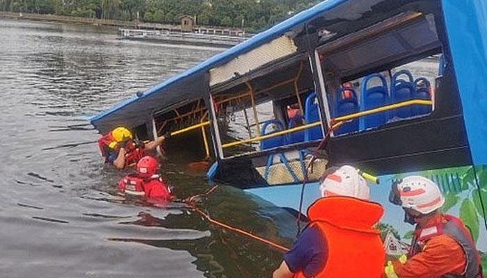 چین میں مسافر بس دریا میں جاگری، 21 افراد ہلاک