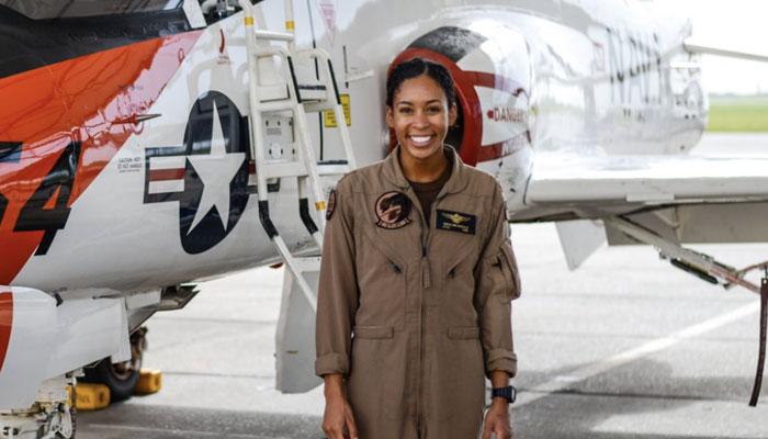 امریکی بحریہ میں پہلی سیاہ فام خاتون پائلٹ کی تعیناتی
