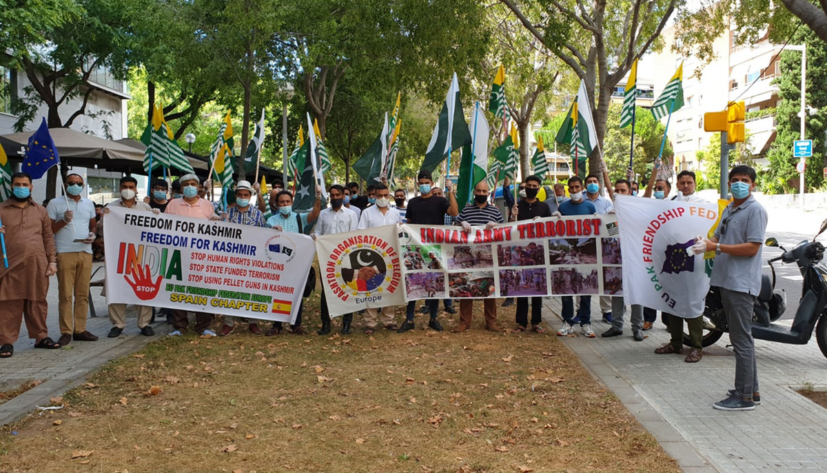 انڈین قونصلیٹ بارسلونا کے سامنےاحتجاجی مظاہرہ