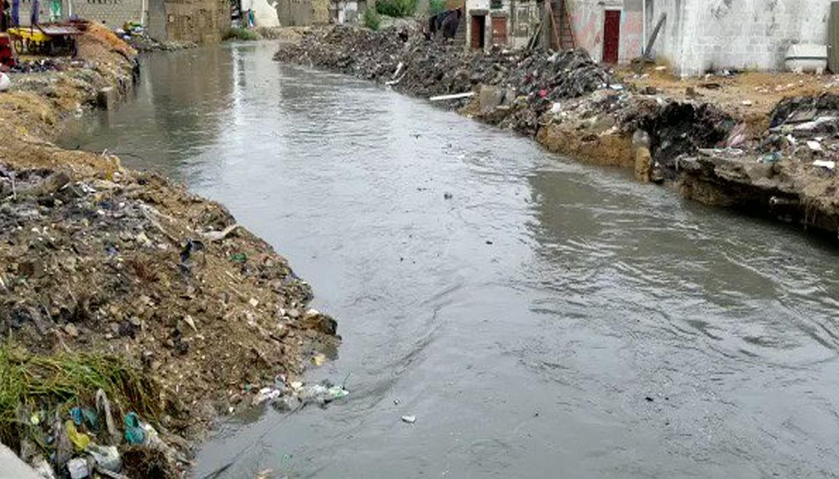 ناظم آباد نمبردو بلاک اے میں گٹر ابلنے سے تعفن، وبائی بیماریاں پھیل رہی ہیں