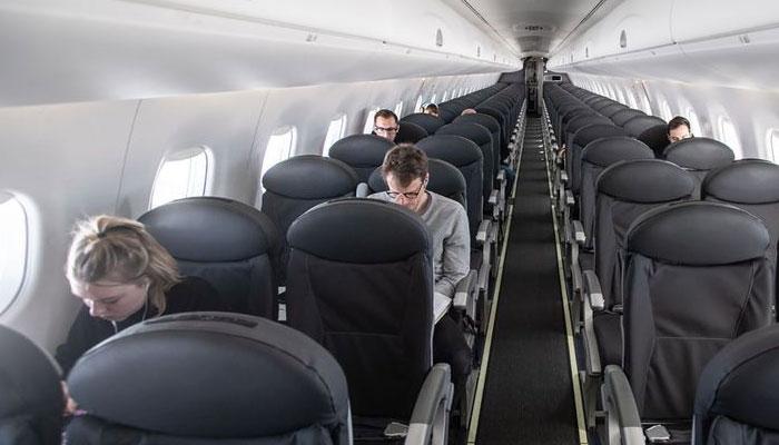 بین الاقوامی سفر کیلئے طیاروں میں ایک سیٹ چھوڑ کر مسافر بٹھانے کی پالیسی ختم