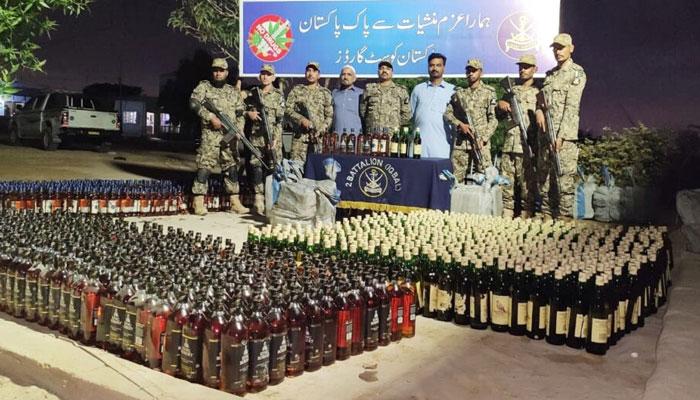 پاکستان کوسٹ گارڈز کی کارروائی بھاری مقدار میں غیرملکی شراب ضبط