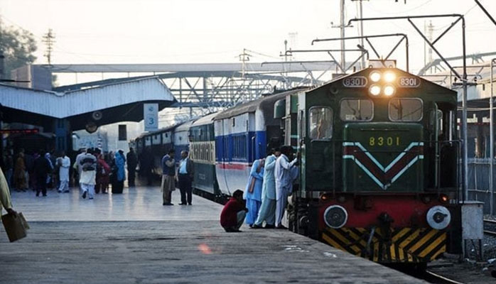 پاکستان ریلوے کے سسٹم پر چلنے والی مسافر ٹرینوں کی تاخیر سے آمد و رفت کا سلسلہ جاری