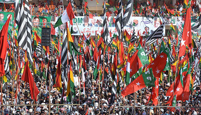پارٹی پرچم اور قائدین کی تصاویر ڈائس پر بلٹ پروف شیشہ، کارکنوں کا جوش و خروش، پارٹی پرچموں کی مناسبت سے لباس، ڈرون کیمروں سے جلسے کی کوریج، سیکورٹی کے سخت انتظامات پی ڈی ایم کوئٹہ جلسے کی جھلکیاں