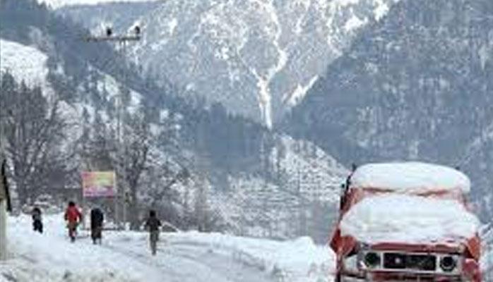 موسم سرما کی پہلی برفباری، کے پی کے بالائی علاقوں میں راستے بند، سیاح پھنس گئے