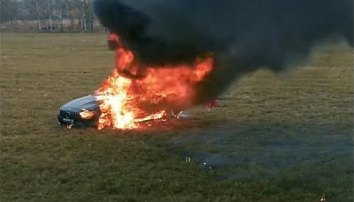 روسی وی لاگر نے2کروڑ 74 لاکھ روپے مالیت کی لگژری گاڑی نذر آتش کردی