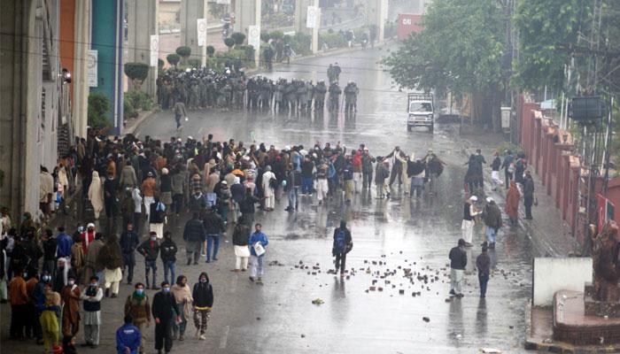 راولپنڈی، تحریک لبیک کی ریلی،کارکنوں اورسیکورٹی اہلکاروں میں جھڑپیں،200گرفتار
