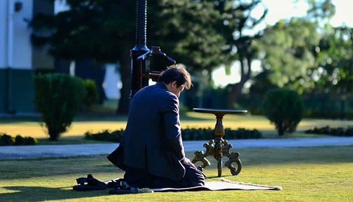 عمران خان کی نماز پڑھتے وقت کی تصویر سوشل میڈیا پر وائرل ہو گئی