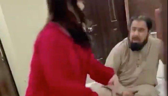 مفتی عبدالقوی کو حریم شاہ کی جانب سے تھپڑ مارنے کی ویڈیو وائرل