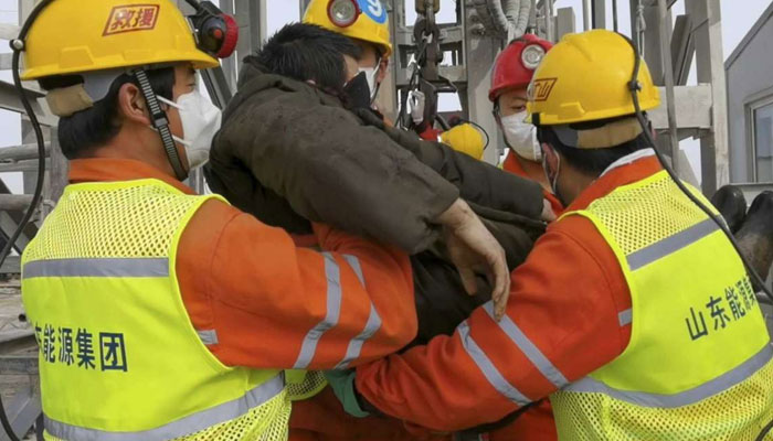 چین، سونے کی کان میں دو ہفتوں سے پھنسے 11 مزدور بچا لیے گئے