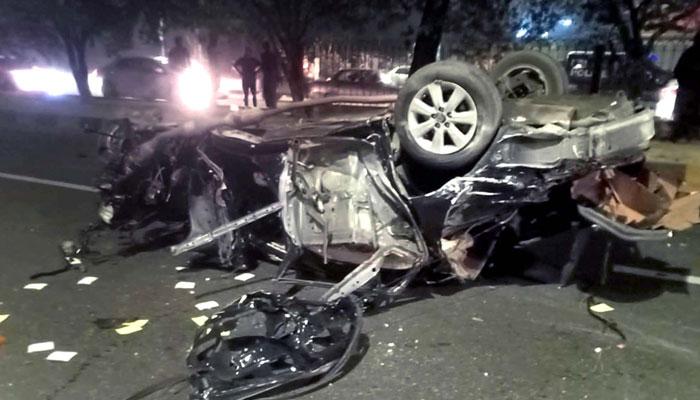 یونیورسٹی روڈ پر کار پیڈسٹرین پل سے ٹکرا کر الٹ گئی، 4 نوجوان جاں بحق