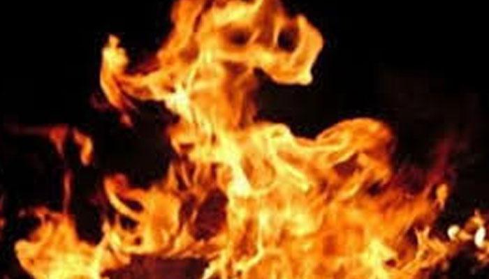 خیرپور، پرانی دشمنی پر مسلح افراد کا خواتین اور بچوں پر تشدد، گھر کو آگ لگا کر فرار