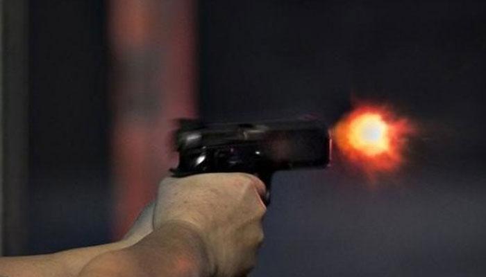 شریف آباد میں ڈاکوؤں کی فائرنگ سے جاں بحق نوجوان کے گھر کراچی پولیس چیف کی آمد