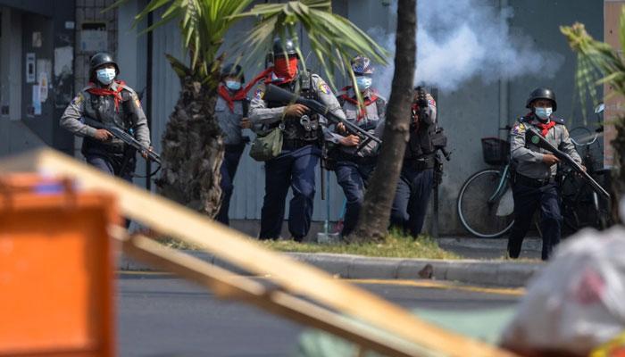 میانمار میںفوجی بغاوت کیخلاف مظاہرہ کرنے والے شہریوںپر فائرنگ